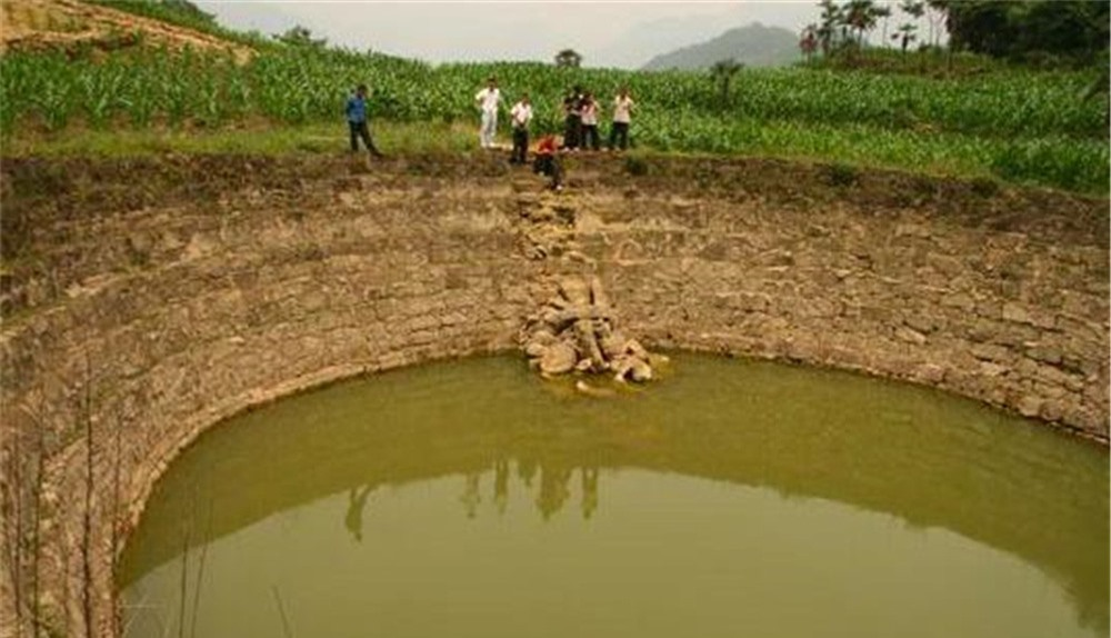 Ngôi làng có cái ao không bao giờ vơi nước, dân làng tò mò rút cạn ao: Bên dưới là huynh trưởng của Gia Cát Lượng! - Ảnh 1.