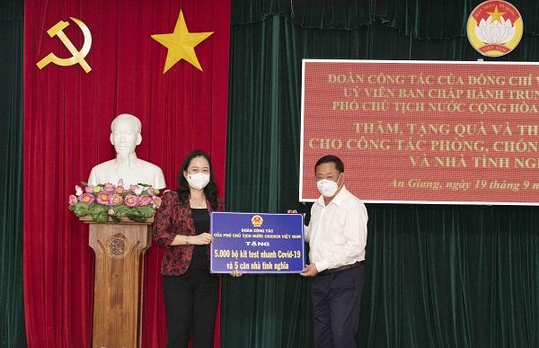 Phó Chủ tịch Nước Võ Thị Ánh Xuân trao quà hỗ trợ công tác phòng, chống dịch cho các tỉnh, thành phía Nam