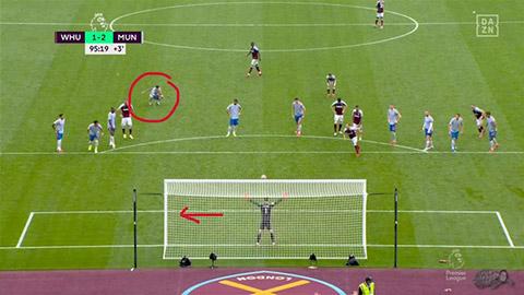 Ronaldo chỉ hướng giúp De Gea cản phá phạt đền thành công