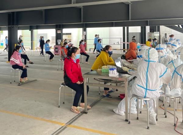 Trung tâm Y tế quận Liên Chiểu (Đà Nẵng) lấy mẫu xét nghiệm cho công nhân trong KCN Hòa Khánh