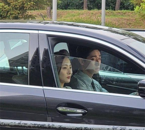 Park Min Young xuất hiện ở hậu trường với gương mặt cau có, bị fan thắc mắc liền có màn phản bác xuất sắc - Ảnh 2.
