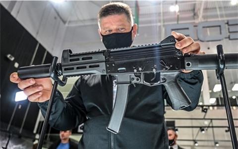 Thay the sung carbine AKS-74U bang PPK-20?