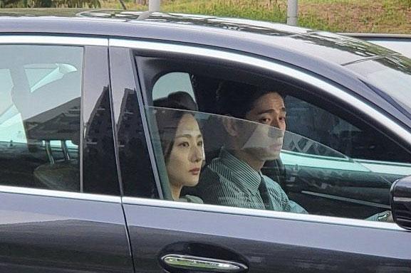 Park Min Young xuất hiện ở hậu trường với gương mặt cau có, bị fan thắc mắc liền có màn phản bác xuất sắc