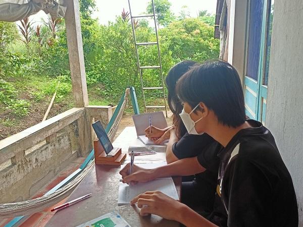 Nhà trường cũng đã phối hợp với cha mẹ học sinh để ghép 2 bạn dùng chung thiết bị và học cùng với nhau chung một nhóm.