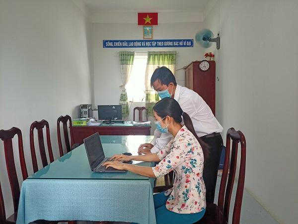 Giáo viên bộ môn biên soạn tài liệu để gửi đến tận nhà cho học sinh không có thiết bị học tập trực tuyến.