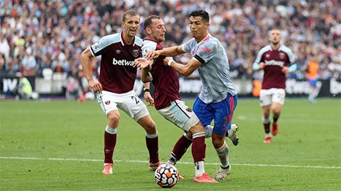Các trọng tài đồng tình Ronaldo xứng đáng được 1 quả penalty trước West Ham