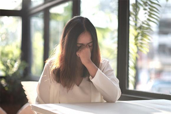 Chị gái mang một bên má thâm tím vì bị chồng đánh về nhà khóc lóc, tôi tức quá tát thêm một cái cho tỉnh người ra  - Ảnh 1.