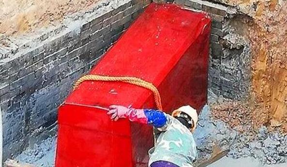 """Lão nông xây nhà, đào được quan tài đỏ như máu, vội vàng đốt phi tang - Chuyên gia xót xa: """"Ông đã 'hóa vàng' 500 triệu NDT rồi"""""""
