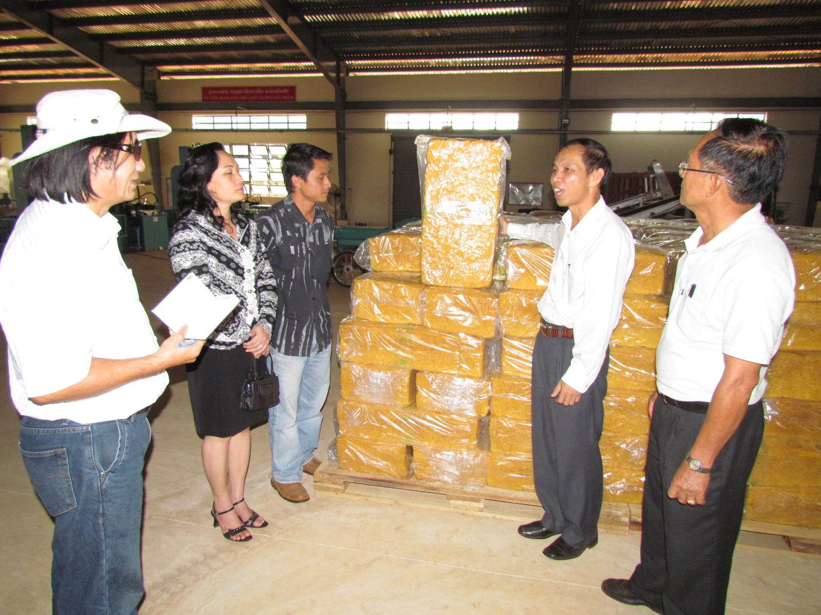 Sản phẩm cao su chuẩn bị xuất khẩu tại Công ty CP Cao su Việt - Lào