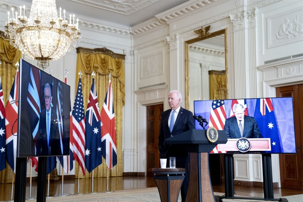Tổng thống Mỹ Joe Biden (ở giữa), Thủ tướng Austrlia - Scott Morrison (bên trái) và Thủ tướng Anh Boris Johnson trao đổi qua cuộc họp trực tuyến ngày 15/9. Ảnh: Bloomberg