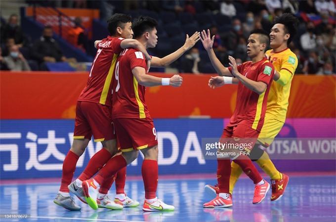 Niềm vui của đội tuyển Việt Nam khi rút ngắn tỷ số 1-2 của Đắc Huy