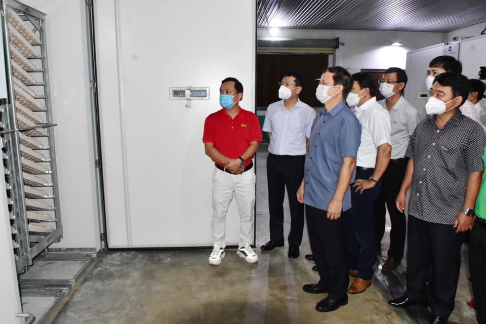 Bí thư Tỉnh uỷ Thừa Thiên Huế Lê Trường Lưu tham quan nhà máy ấp trứng 3F ở xã Quảng Phú.