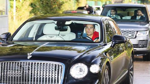 Ronaldo lái siêu xe, có 2 vệ sỹ theo kèm khi đến sân tập của Man United