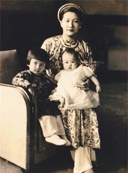 Nam Phương hoàng hậu với hoàng tử Bảo Long và công chúa Phương Mai.