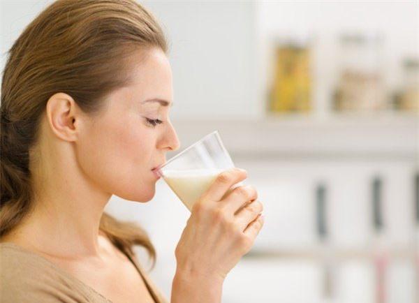 Những thói quen ăn uống có thế khiến gương mặt chị em quanh năm suốt tháng nổi mụn - Ảnh 2.