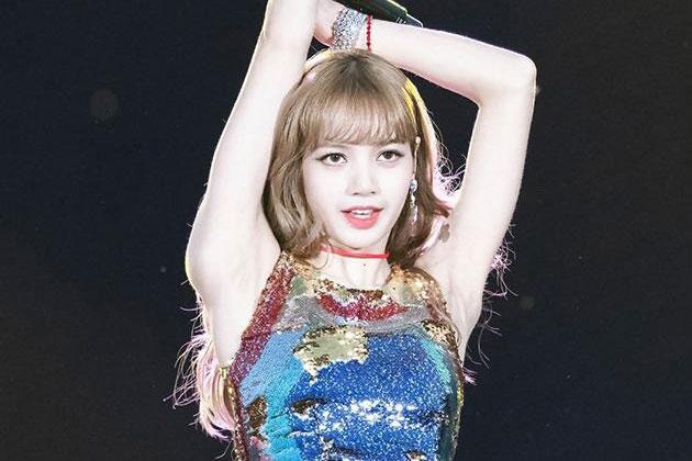 """Lisa (BLACKPINK) """"xả ảnh"""" hậu trường MV solo, kiểm chứng luôn vòng eo 51cm: Thực sự đẹp hiếm có hay gầy phát sợ?"""