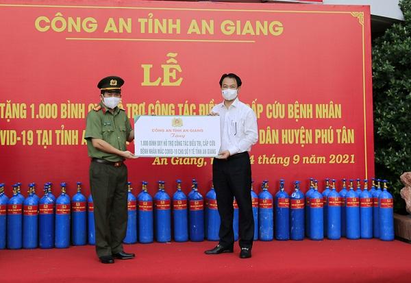 Công an tỉnh An Giang trao 2.000 bình oxy và 50 tấn gạo hỗ trợ công tác chống dịch