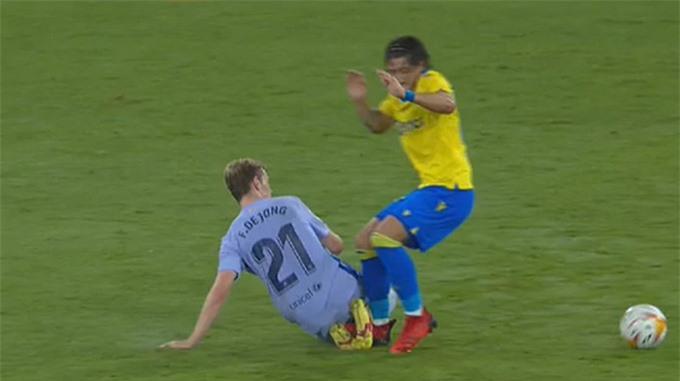 Chiếc thẻ đỏ tai hại của De Jong khiến Barca đánh mất thế trận