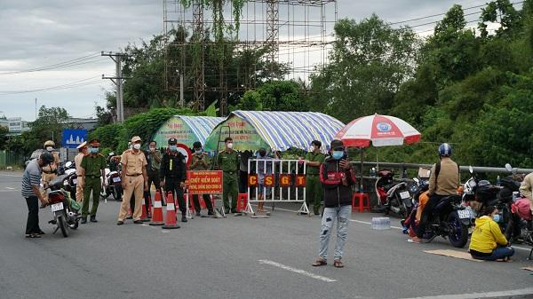 Lực lượng chức năng phải liên tục liên hệ với 2 địa phương Sóc Trăng và Bạc Liêu để đón người dân về.
