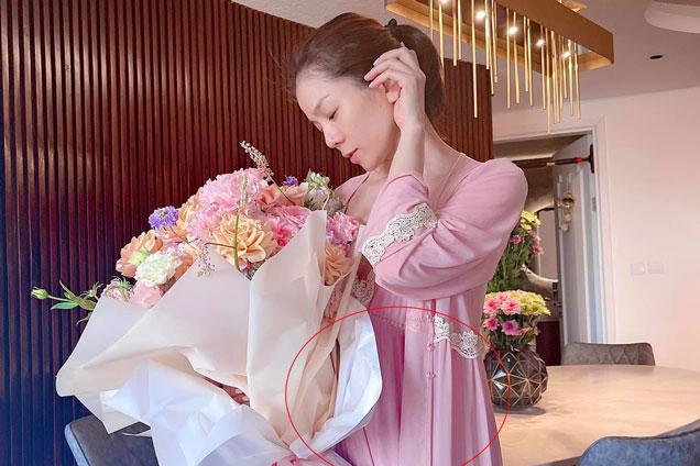 """Lệ Quyên bị nghi có """"tin vui"""" trong hình ảnh kỷ niệm 1 năm yêu tình trẻ Lâm Bảo Châu?"""