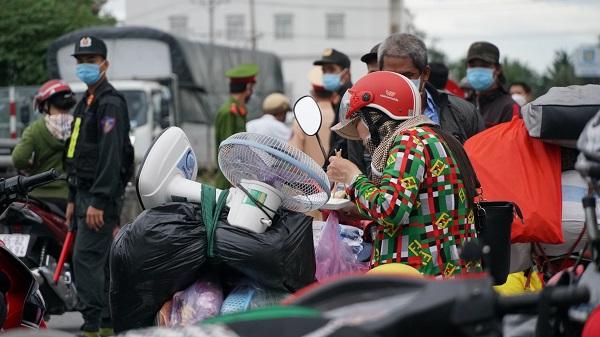 Có rất nhiều người chở theo vali, đồ dùng mong muốn về quê vì họ gặp khó khăn do dịch bệnh khi mấy tháng nay phải ở lại quê người.