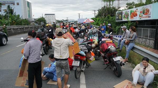 Ghi nhận chiều 25/9, rất đông người dân từ Long An, TP Hồ Chí Minh bị kẹt tại cửa ngõ Hậu Giang.