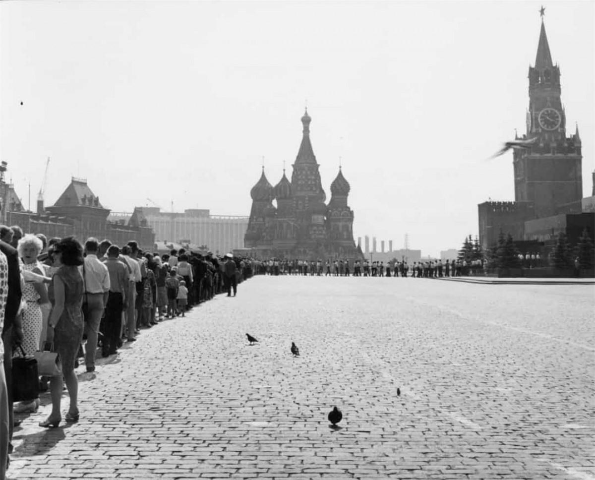 Các du khách xếp hàng dài ở Quảng trường Đỏ của Moscow để vào Lăng Lenin năm 1950.