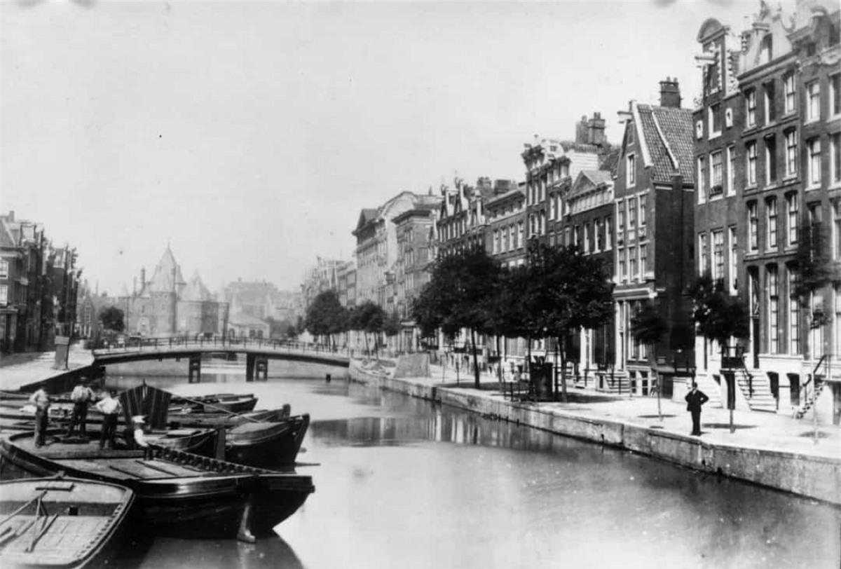Những ngôi nhà dọc một con kênh ở Amsterdam, Hà Lan năm 1900.