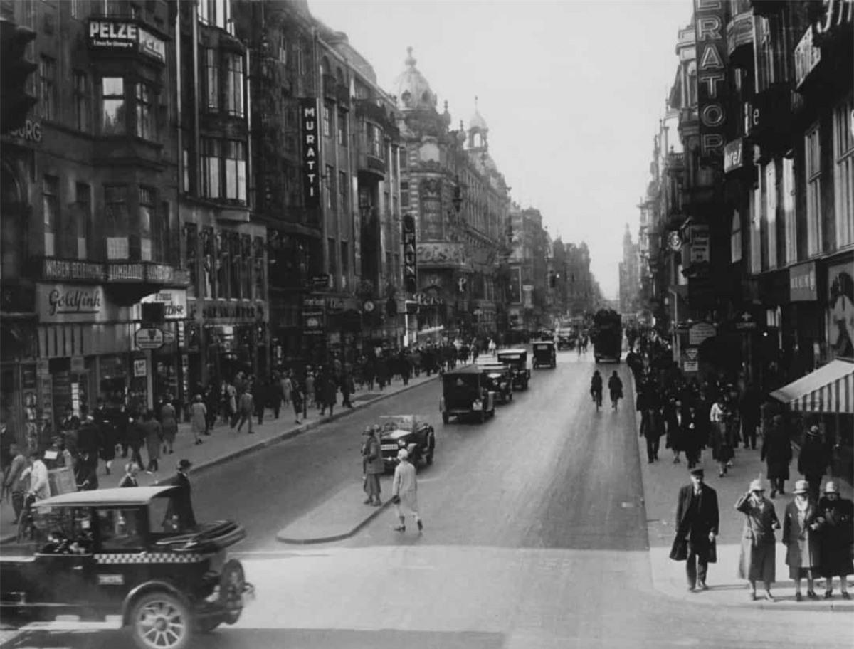 Friedrichstrasse hay Friedrich là một con phố và con đường lớn nhất nổi tiếng ở trung tâm thủ đô Berlin của Đức năm 1925.
