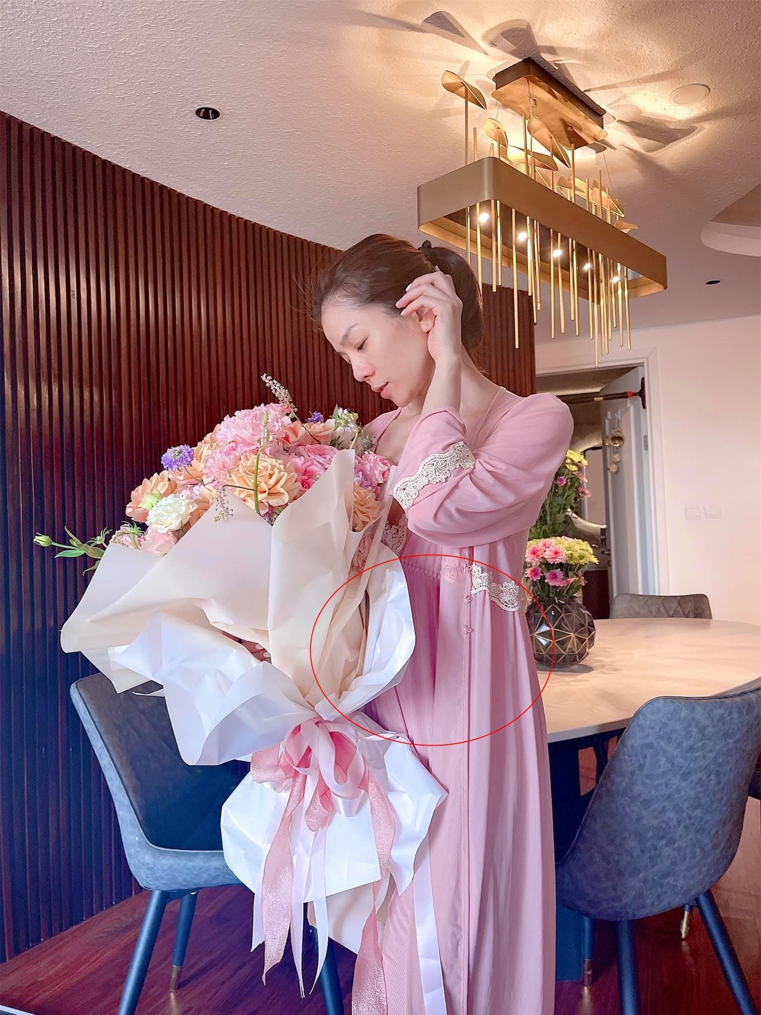 Lệ Quyên lộ bụng bầu khi đăng ảnh kỷ niệm 1 năm yêu tình trẻ Lâm Bảo Châu? - Ảnh 2.