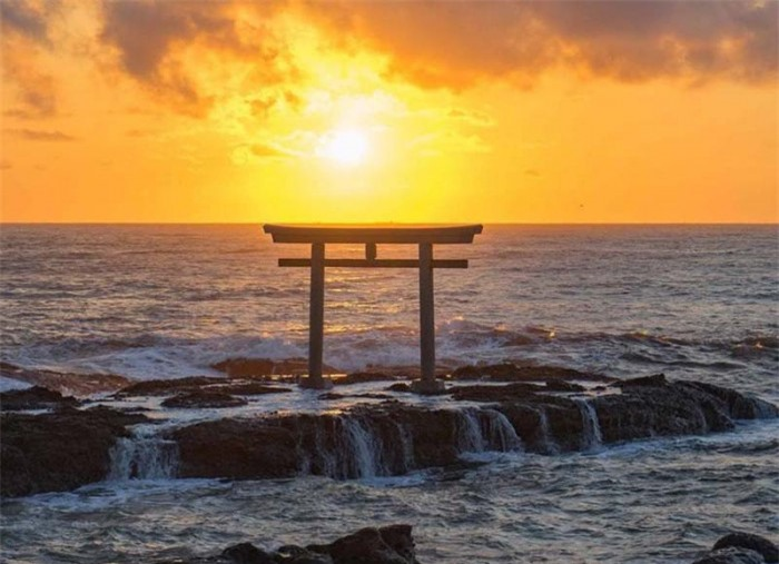 Những cổng trời bí ẩn nổi trên mặt nước ở Nhật Bản 4