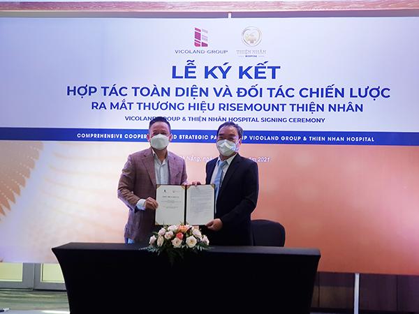 Ông Bùi Đức Long, Chủ tịch HĐQT kiêm Tổng Giám đốc Vicoland Group (trái) và Ths.BS Ngô Đức Hải, Chủ tịch HĐQT kiêm Tổng Giám đốc Thiện Nhân Hospital ký kết hợp tác chiều 25/9