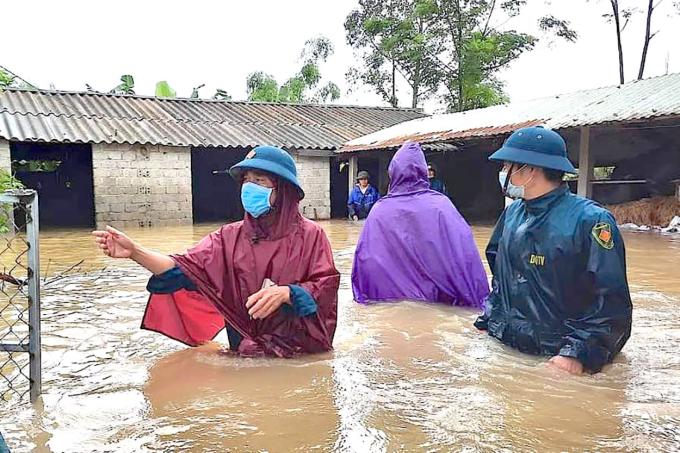 Mưa lớn kéo dài khiến hàng trăm ngôi nhà ở Nghệ An ngập sâu trong nước