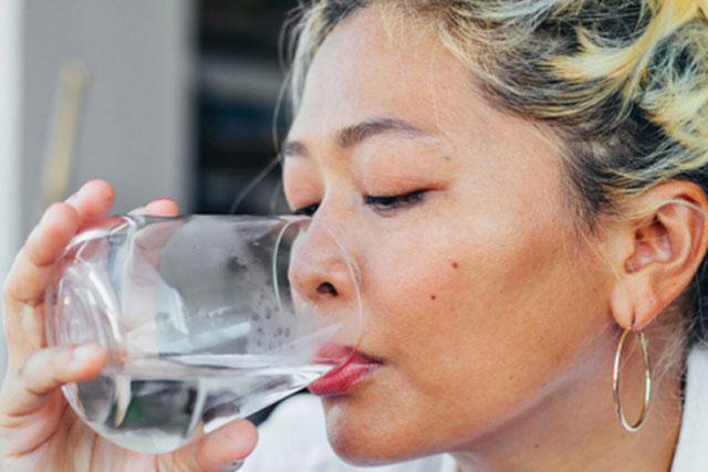 5 thói quen uống nước dễ gây lão hóa hơn cả thức khuya, 3 cái đầu tiên nhiều người mắc phải