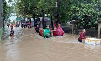 Mưa lớn kéo dài, hàng nghìn ngôi nhà ở Nghệ An, Hà Tĩnh bị ngập sâu, nhiều tuyến đường bị sạt lở chia cắt
