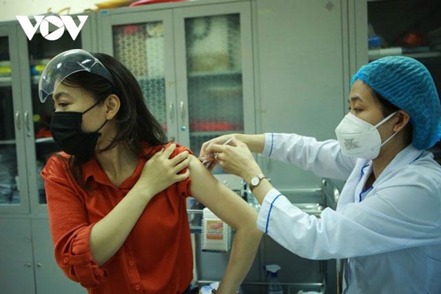 Theo thống kê mới nhất, Việt Nam đã thực hiện tiêm 37.583.248 liều vaccine COVID-19, trong đó tiêm 1 mũi là 30.027.703 liều, tiêm mũi 2 là 7.555.545 liều.