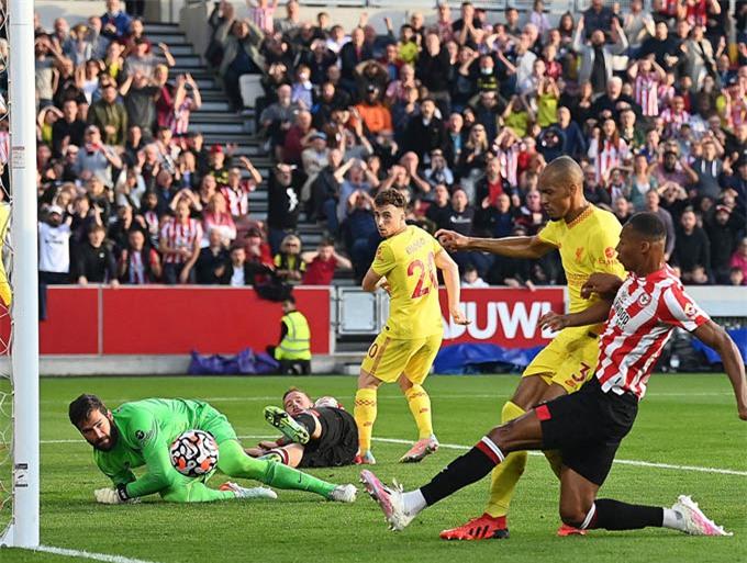 Pinnock mở tỷ số cho Brentford ở trận gặp Liverpool tại vòng 6 Ngoại hạng Anh 2021/22