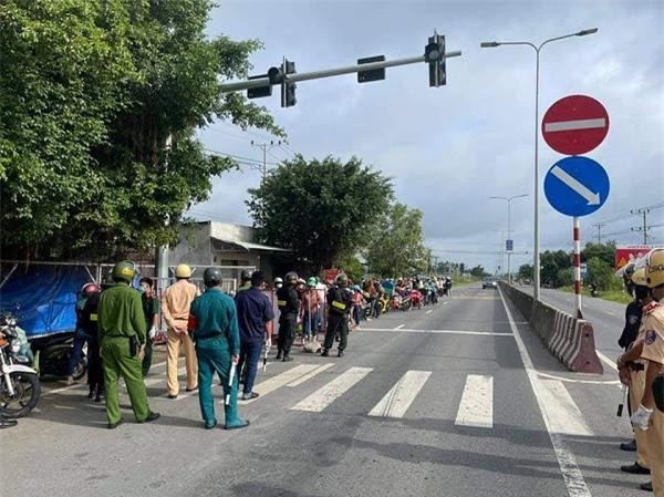 Sáng ngày 24, có hàng trăm người điều khiển phương tiện lưu thông theo QL N2 và ĐT 830 hướng Đức Hòa về Bến Lức để về quê ở các tỉnh miền Tây.