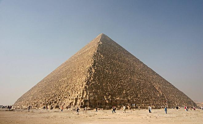Đại Kim tự tháp, hay còn gọi là Kim tự tháp Khufu hoặc Kim tự tháp Cheops, được pharaoh Khufu xây dựng trong thời kỳ Cổ Vương quốc. Đại Kim tự tháp là công trình duy nhất còn sót lại trong 7 kỳ quan của thế giới cổ đại và là một trong những kiến trúc lớn nhất từng được xây dựng trên Trái Đất. Công trình này được hoàn thành vào năm 2.560 trước Công nguyên, cao 139 m, rộng 230 m mỗi mặt, là nơi đặt lăng mộ pharaoh Khufu. Ảnh: Wikipedia.