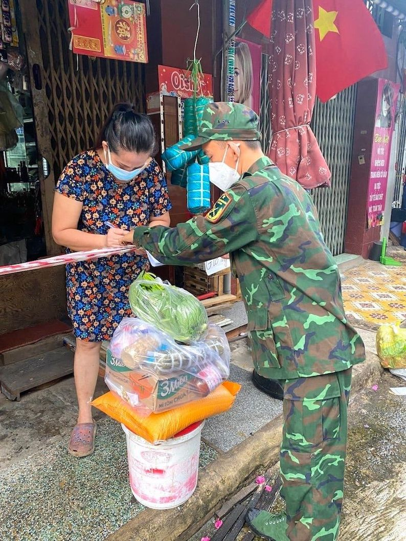 Một chiến sĩ trẻ đang gửi tặng túi an sinh từ Bình Phước đến một hộ gia đình tại Quận Bình Thạnh (TP Hồ Chí Minh)