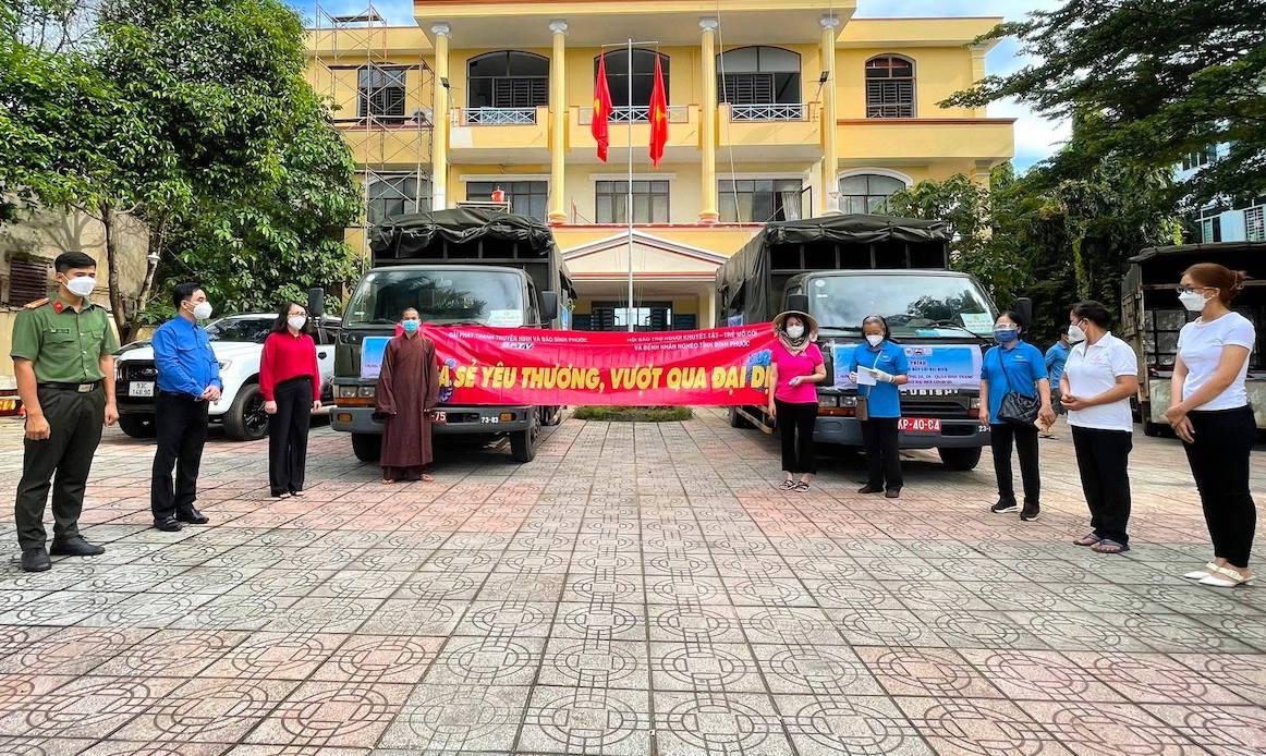 Chủ tịch Hội NKT-TMC&BNN tỉnh Dương Thị Tuyết (thứ 4, phải sang) công khai danh sách hàng chục nhà hảo tâm ủng hộ nhu yếu phẩm và nông sản để chuẩn bị 300 túi an sinh