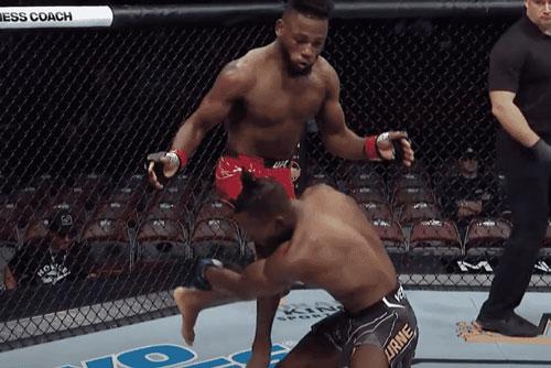Manel Kape ra đòn hạ knock-out đối thủ.