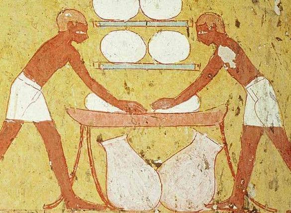 Người lao động ở Ai Cập cổ đại được trả lương bằng bánh mì, một số tài liệu khác nói rằng họ được trả lương bằng bia. Nếu muốn được trả lương bằng những món đồ giá trị hơn, người lao động phải chứng minh năng lực của bản thân xứng đáng với khoản lương đó. Thông thường, lương công nhật của người lao động thời kỳ này tương đương với 10 ổ bánh mì. Ảnh: Historicaleve.