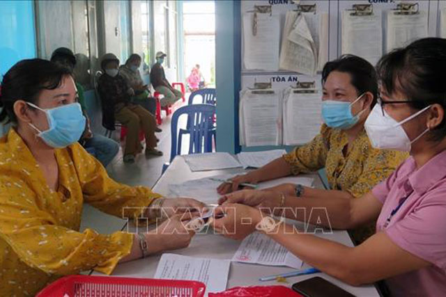 Chi trả tiền hỗ trợ theo Nghị quyết 68-NQ/CP cho lao động tự do ở xã Bình Kiến, thành phố Tuy Hòa. Ảnh: Xuân Triệu/TTXVN