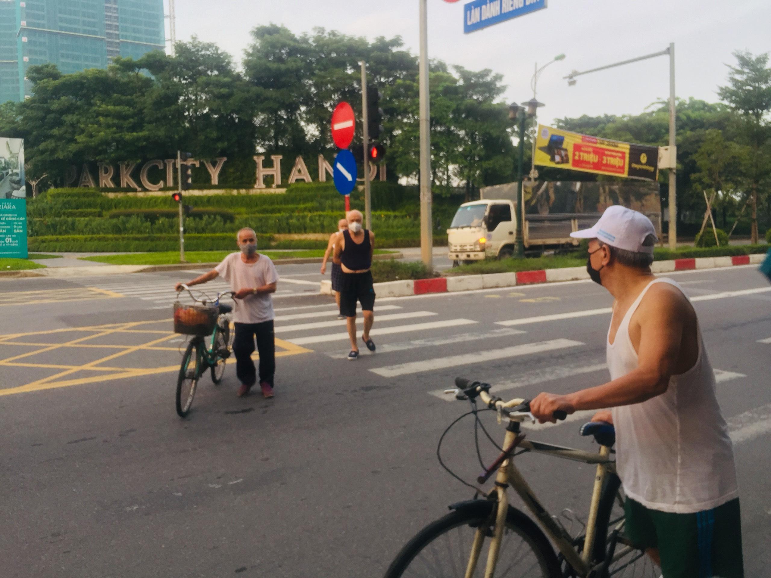 Trong sáng 28/6, tại khu vực Parkcity Hà Nội cơ bản người dân đều có ý thức chấp hành việc đeo khẩu trang và giãn cách khi tập thể dục.