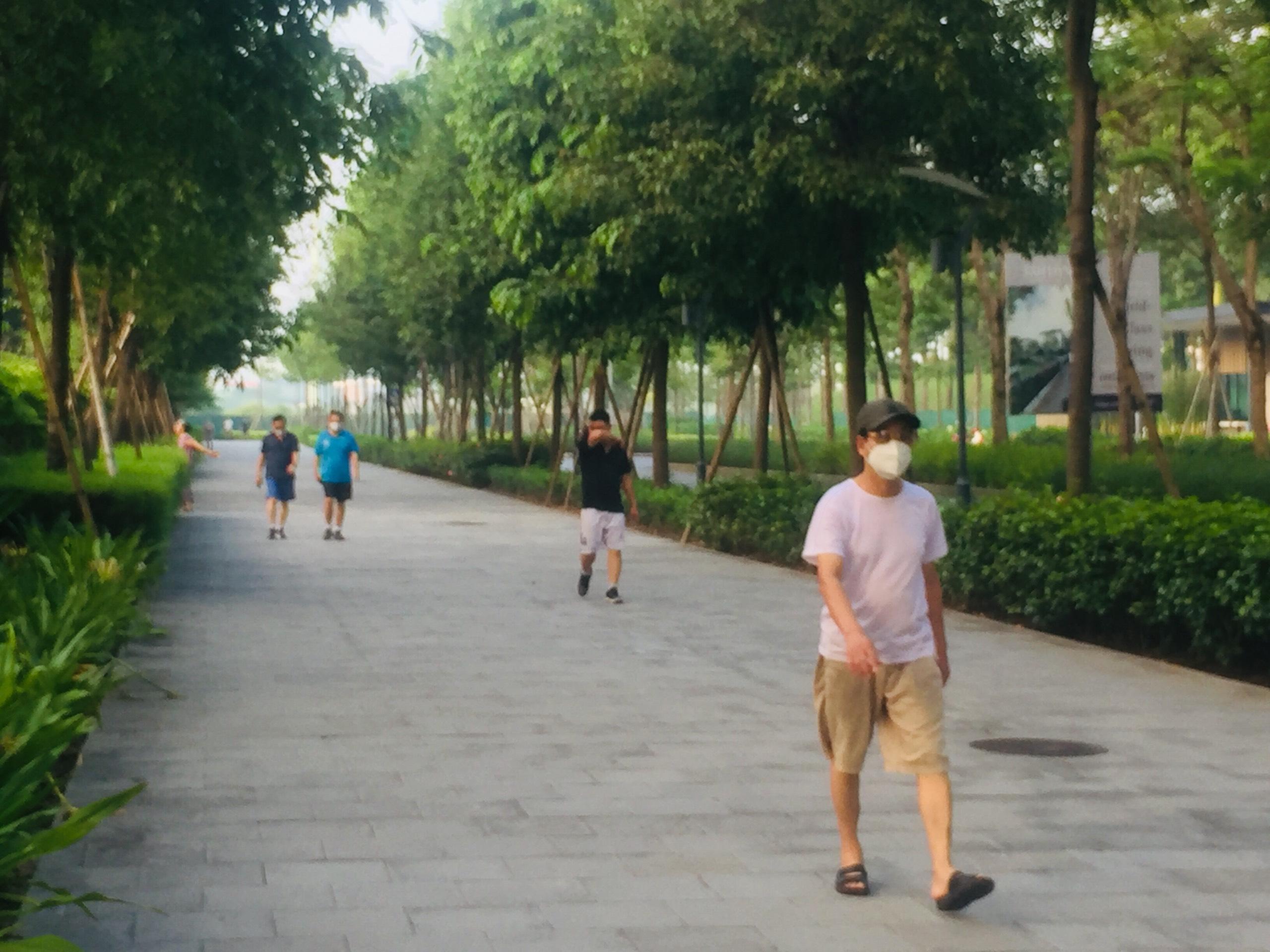 Để vừa đảm bảo an toàn dịch bệnh, vừa nâng cao sức khỏe của nhân dân, UBND TP Hà Nội cho phép một số hoạt động trở lại từ ngày 28/9. Theo đó, TP Hà Nội cho phép mở lại hoạt động thể dục, thể thao ngoài trời. Tuy nhiên, số lượng không quá 10 người trong 1 khu vực, khuyến cáo người dân thực hiện thông điệp 5K.