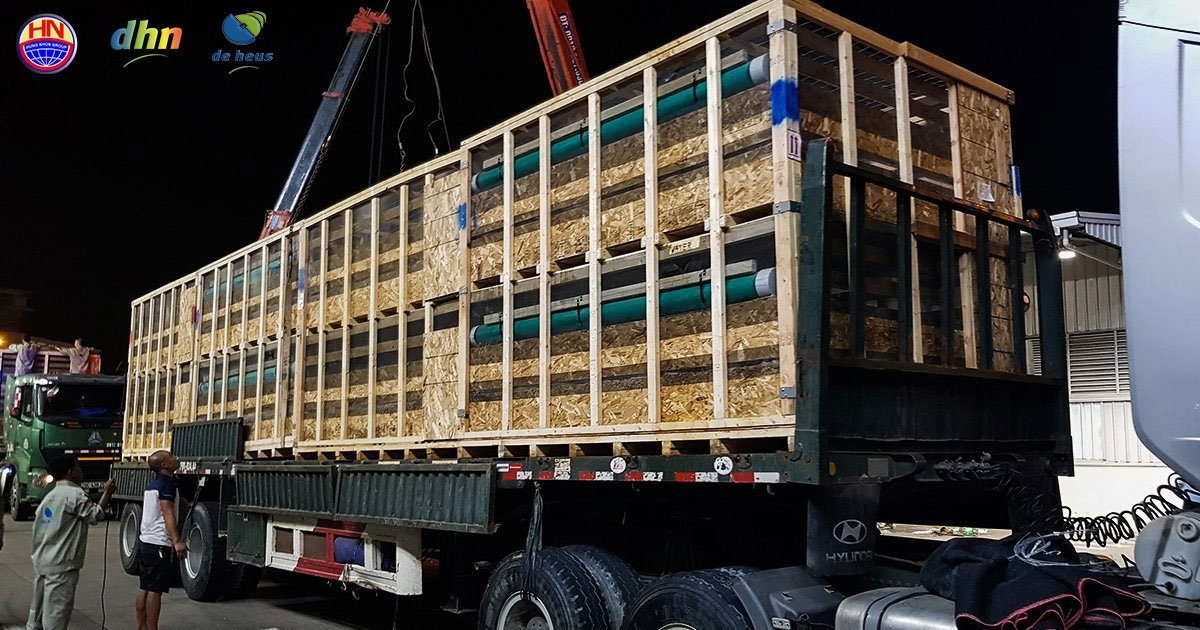 Sau khi xuống sân bay, lô heo giống được 12 xe tải, xe container do Tập đoàn Hùng Nhơn bố trí sẵn, đưa về trang trại.