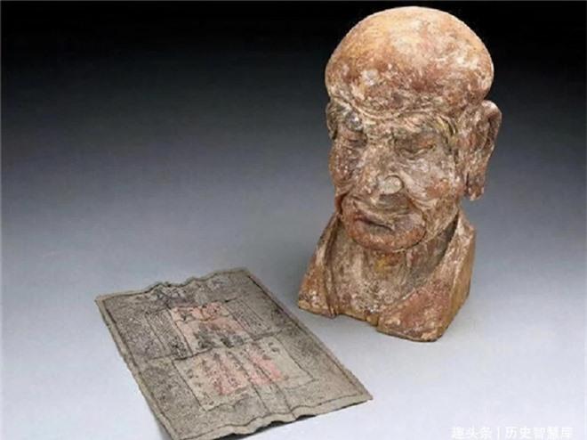 Thẩm định tượng gỗ cổ 600 năm được đấu giá, chuyên gia phát hiện bí mật ẩn bên trong, cả khán phòng cũng phải ồ lên bất ngờ - Ảnh 3.