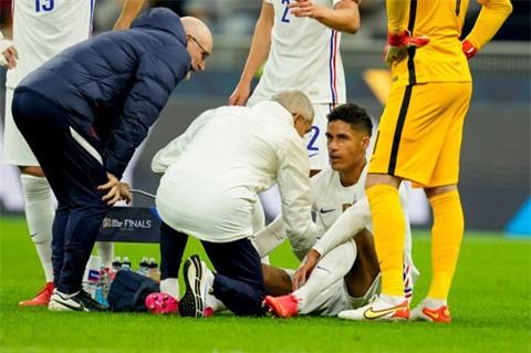 Varane dính chấn thương rời sân ở cuối hiệp 1 trận chung kết UEFA Nations League
