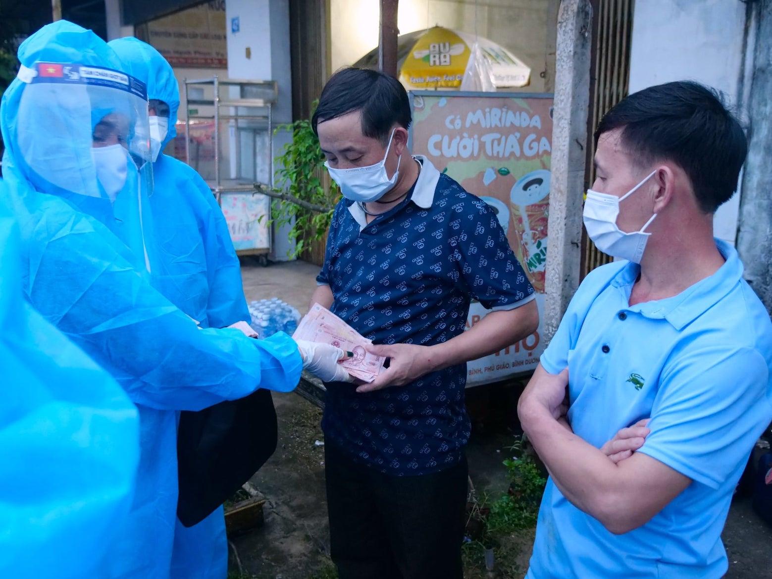 Anh Khứa A Khua - dân tộc H'Mông (quê ở Yên Bái) rất cảm động khi được bà Nguyễn Thị Bông - Chủ nhiệm CLB Sen Hồng trao 2 triệu đồng để giúp anh về quê